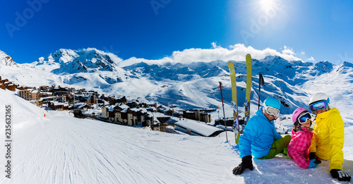 Fotografía  Happy family enjoying winter vacations in mountains, Val Thorens, 3 Valleys, France
