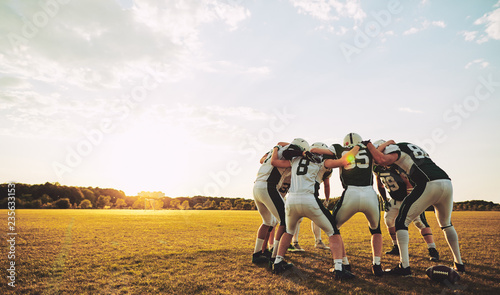 Photo American football players in a huddle during practice