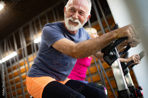 Fotografía  Happy senior people doing exercises in gym to stay fit