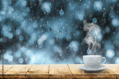 Montage in der Fensternische Kaffee hot coffee on the table on a winter background