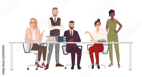 zespol-usmiechnietych-pracownikow-biurowych-siedzi-przy-biurku-i-omowic-kwestie-pracy-kierownicy-plci-meskiej-i-zenskiej-na-spotkaniu-burzy-mozgow-postaci-z-kreskowek-na-bialym-tle-ilustracja-wektorowa-plaski