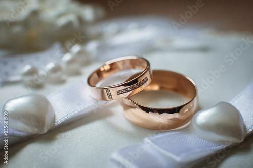 Fotografía  Two gold wedding rings close up