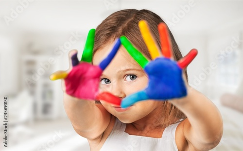 Stampa su Tela  Cute little girl with colorful painted hands on  background