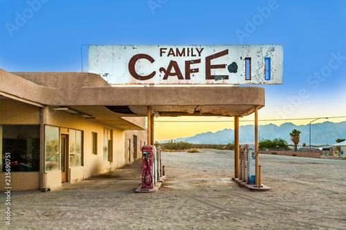Obraz na plátně  abandoned petrol station in the desert village of Desert Center in sunset