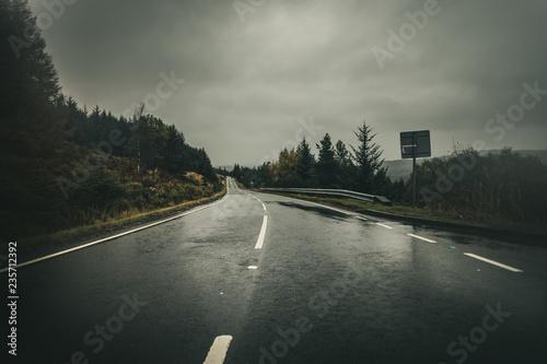 Obraz na płótnie Route glissante sous la pluie