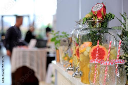 Fototapeta Koktajle owocowe w różnych smakach i kolorach w szklankach i słojach w restauracji.  obraz