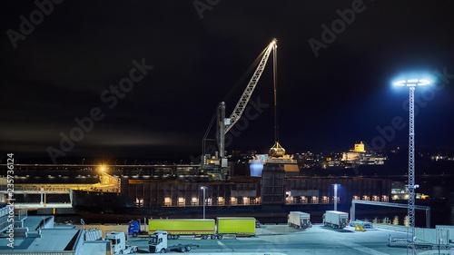 mechanical hydraulic clamshell grabbers loading coal on ship at night Tapéta, Fotótapéta