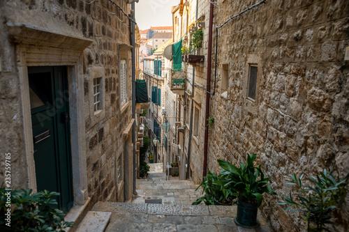 Średniowieczna wąska ulica w starym miasteczku Dubrovnik, Chorwacja