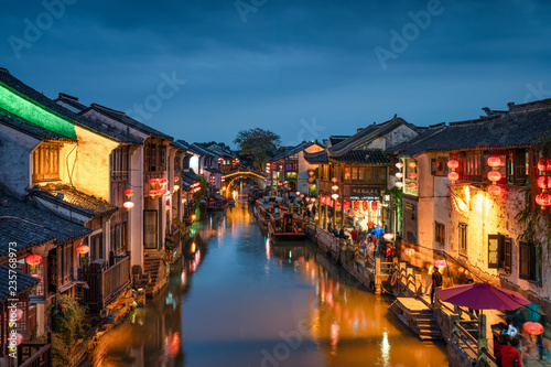 Foto op Canvas Asia land Traditionelles Wasserdorf Zhouzhuang am Abend, China