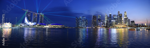 Fotobehang Stad gebouw Singapore panorama skyline view to the Marina Bay and business district while sunset with light show, skyline landscape