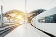 Weiße Züge fahren in Tunnel bei Sonnenuntergang ein