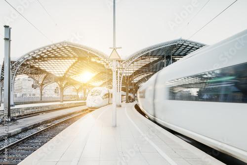 Photo Stands Railroad Weiße Züge fahren in Tunnel bei Sonnenuntergang ein
