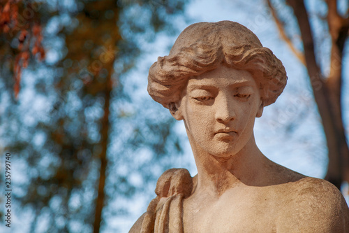 Fotografia  Goddess of love in Greek mythology, Aphrodite (Venus in Roman mythology) Fragment of antique statue