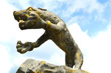 Statue Of Tiger / Fighting Golden Tiger Statue On The Rock