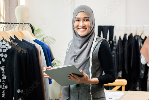 Foto Asian muslim woman designer in her tailor shop
