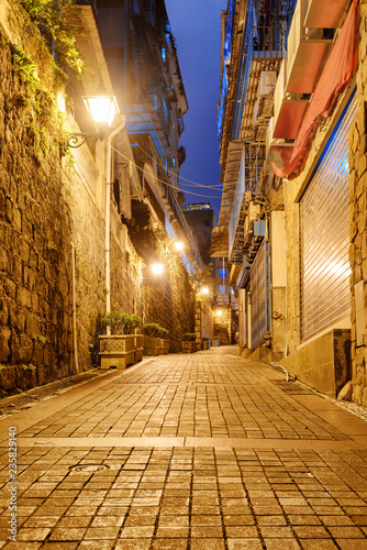 Plakat Niesamowity widok noc opuszczonej ulicy na starym mieście, Makau