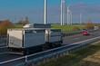 ein Tiertransporter auf der Autobahn