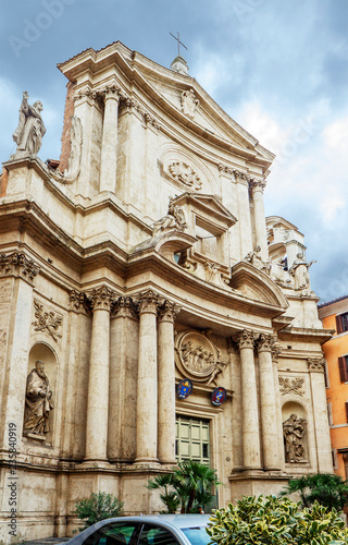 In de dag Centraal Europa Rome, Italy, Church of San Marcello al Corso. One of the oldest churches in Rome. The facade of the Church is decorated with numerous statues.