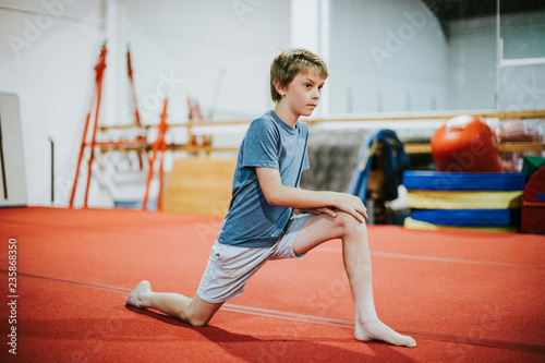 Spoed Foto op Canvas Gymnastiek Young gymnast stretching