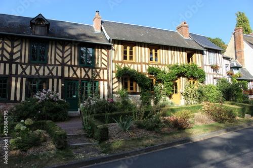 Fotografering  Façades de maisons à colombage (Le Bec-Hellouin, Normandie)