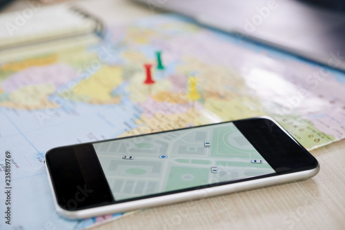 Fotografía  Closeup shot of modern smartphone with GPS application showing map of city