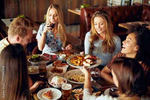 Photo  Friends having dinner at restaurant. Multi ethnic group.