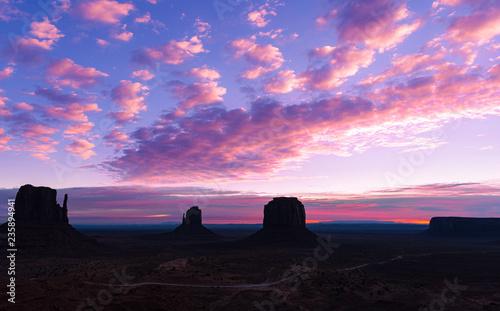 In de dag Donkerblauw Monument Valley Sunrise