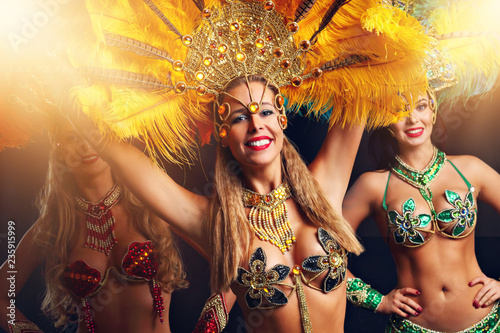 Photo Brazilian women dancing samba at carnival