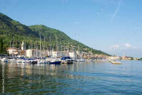 Foto op Aluminium Poort Porticciolo di Salò sul lago di Garda
