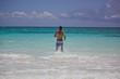 Junger Typ in der Karibik mit Badeshorts