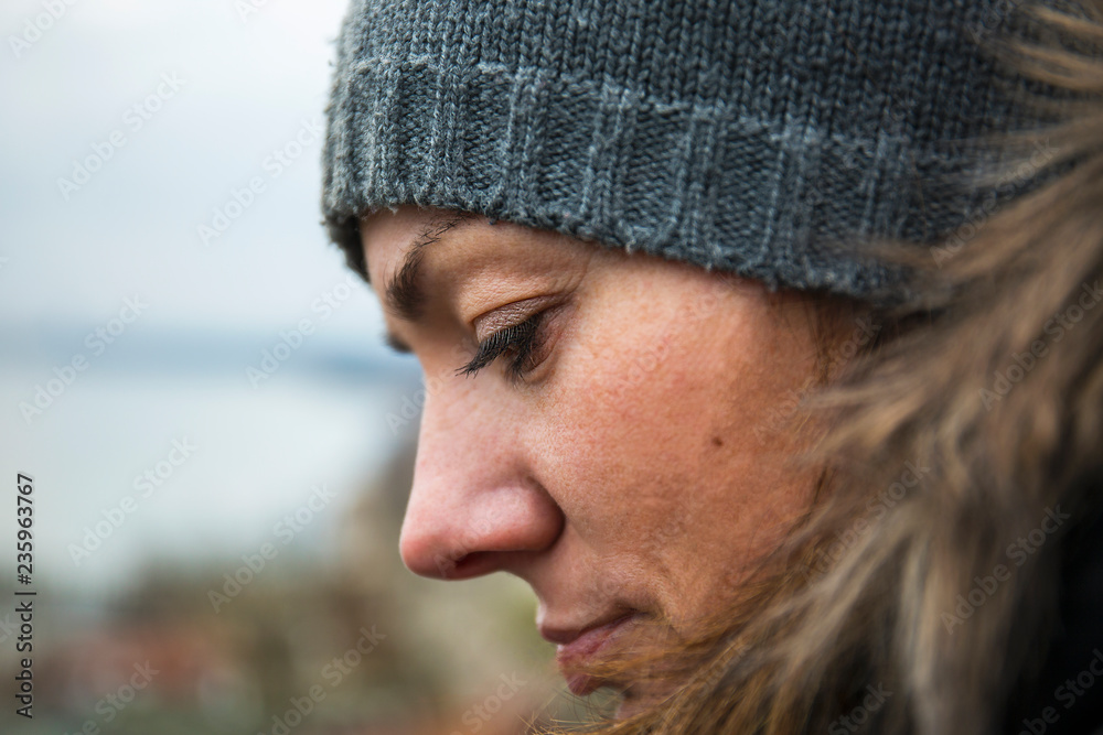 Fototapeta Portret kobiety w czapce zimowej.
