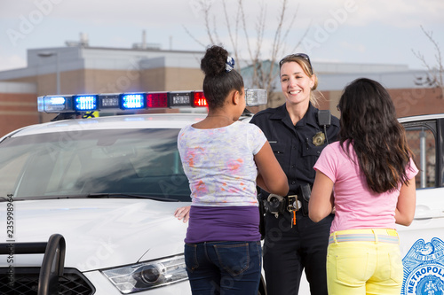 Foto Policewoman talking to two young girls
