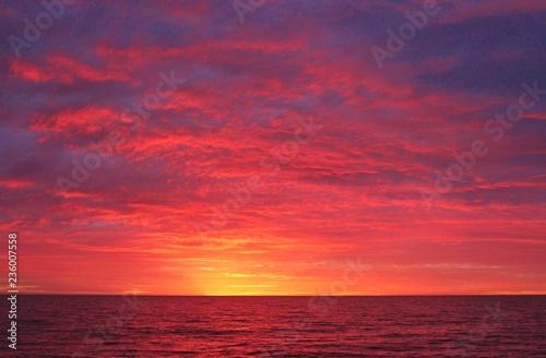 Papiers peints Grenat coucher de soleil sur la plage en Australie