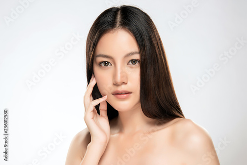 Foto  Beautiful Young asian Woman with Clean Fresh Skin