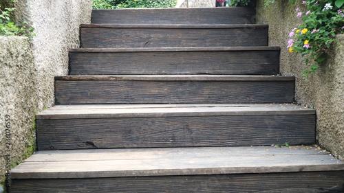 drewniane schody sposób na zielony ogród