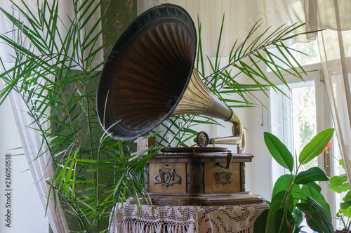 In de dag Boho Stijl Old gramophone with plate or vinyl disk on wooden box with horn speaker