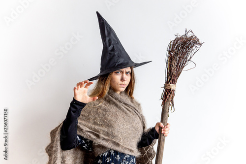 Fotografía  A young woman wearing a witch costume