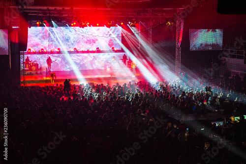 Plakat Scena koncertowa w centrum uwagi i tłum ludzi. czerwone światło