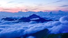 日本、南アルプス、北岳から見た風景、甲斐駒ヶ岳の夕日と雲海
