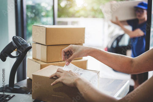 Fotomural  Home delivery service and working service mind, Woman working barcode scan to co