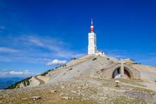 La Chapelle Au Sommet Du Mont Ventoux, France. Ciel Bleu Avec De Beaux Nuages.