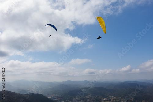 Gleitschirmfliegen über dem Atlantischen Regenwald