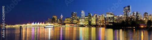 Naklejka premium Panoramiczny widok na zachód słońca na panoramę Vancouver