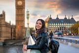 Fototapeta Londyn - Touristin auf Sightseeing Tour in London auf der Westminster Brücke vor dem Big Ben Turm