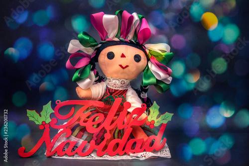 Photo muñeca maria tipica mexicana con letrero de feliz navidad y luces brillantes