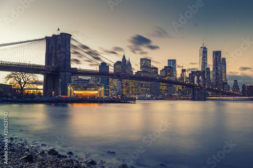 Deurstickers New York City Brooklyn bridge East river and Manhattan after sunset, New York City