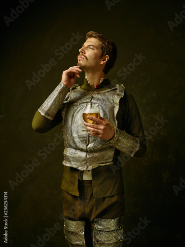 Photo Medieval knight with beer on dark studio background