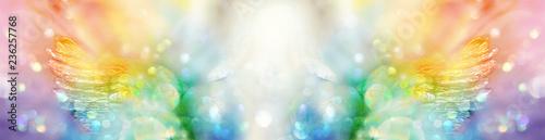 Foto Banner extrabreit: Engel mit Flügeln in spektralfarbenem Licht