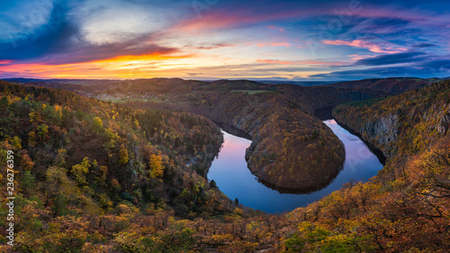 In de dag Centraal Europa Panoramic view of river canyon with dark water and autumn colorful forest. Horseshoe bend, Vltava river, Czech republic. Beautiful landscape with river. Maj lookout.