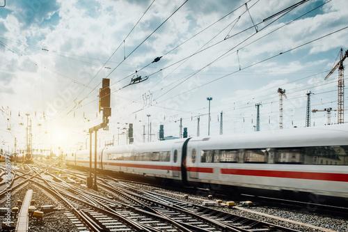 Foto op Plexiglas Spoorlijn Zug fährt vom Frankfurter Bahnhof ab